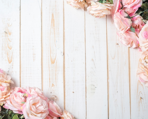 Vista superiore dei fiori di nozze su fondo di legno bianco
