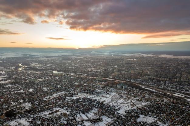Vista superiore dei sobborghi della città o delle case piacevoli della cittadina sulla mattina di inverno sul fondo del cielo nuvoloso
