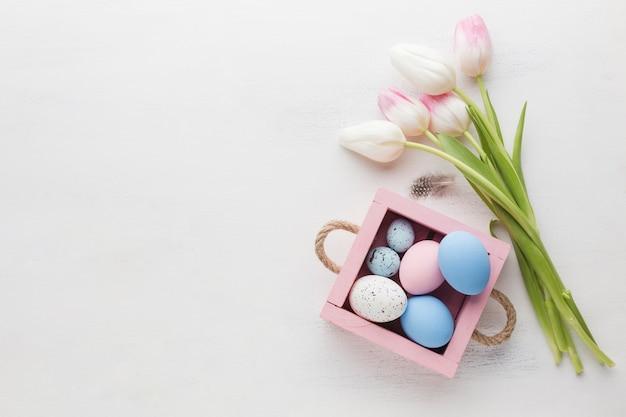 Vista superiore dei tulipani con le uova di pasqua e lo spazio della copia