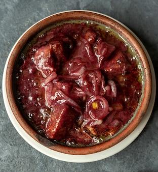 Vista superiore del borscht tradizionale russo o ucraino zuppa rossa con carne di manzo e verdure
