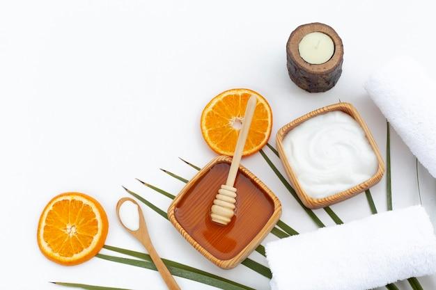 Vista superiore del burro e delle arance del corpo su fondo bianco