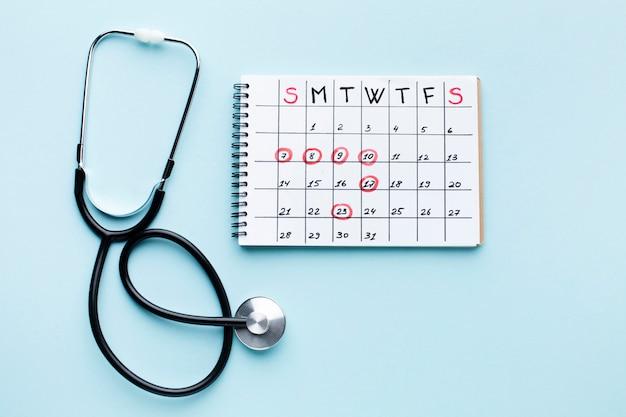 Vista superiore del calendario e dello stetoscopio di trattamento medico