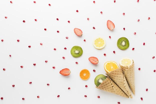 Vista superiore del concetto del cono di gelato e della frutta