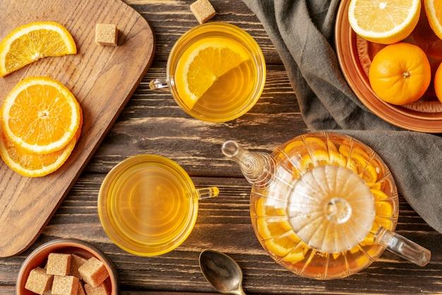 Vista superiore del concetto del tè sulla tavola di legno