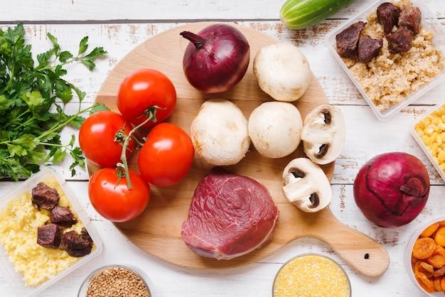 Vista superiore del concetto dell'alimento sulla tavola di legno