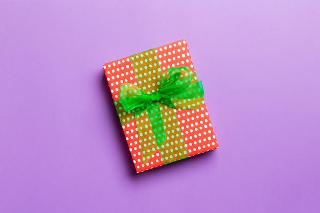 Vista superiore del contenitore di regalo di compleanno