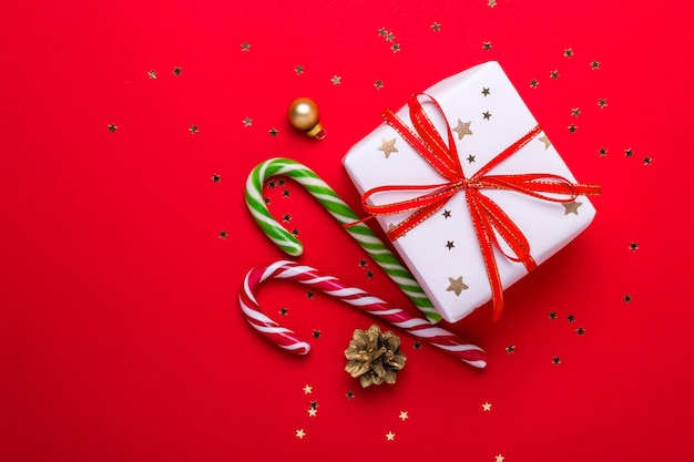 Vista superiore del contenitore di regalo di natale e del bastoncino di zucchero