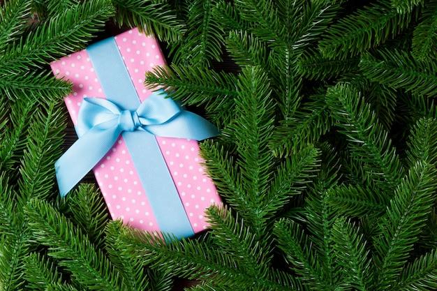 Vista superiore del contenitore di regalo di natale sull'albero di abete.