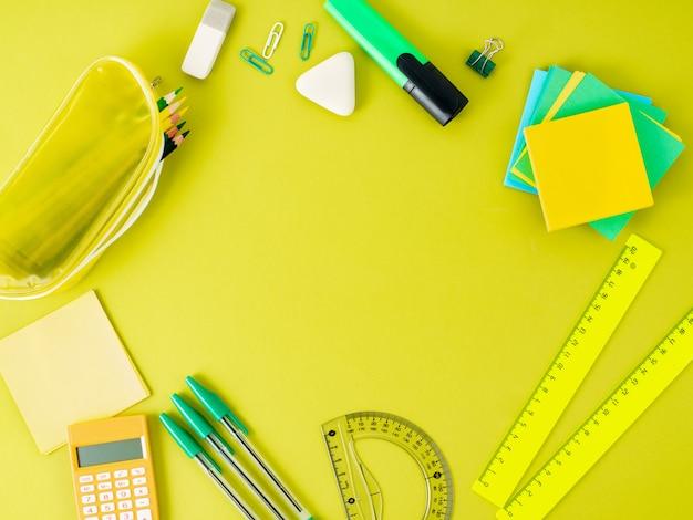 Vista superiore del desktop moderno ufficio luminoso con materiale scolastico sul tavolo.