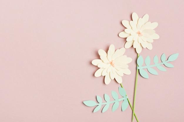 Vista superiore del fiore di primavera di carta con foglie e copia spazio