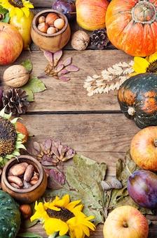 Vista superiore del fondo della struttura di natura morta del raccolto di autunno