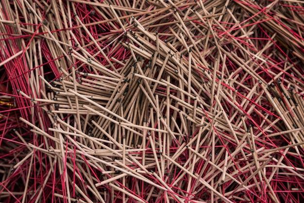 Vista superiore del fondo di struttura della maniglia di colore rosso di incenso di molti joss stick