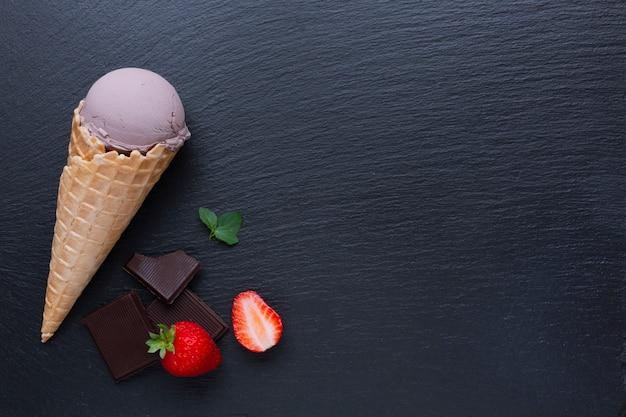 Vista superiore del gelato al cioccolato sul tavolo nero