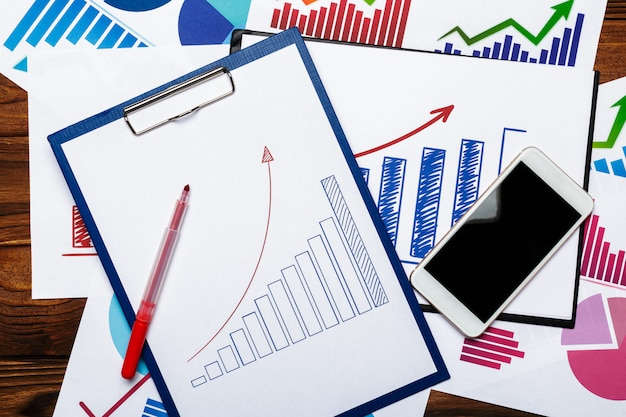 Vista superiore del grafico o del grafico delle carte d'ufficio sulla tavola di legno