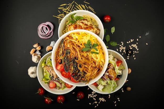 Vista superiore del greena dell'aglio del pollo di grillea delle tagliatelle dell'insalata della miscela dell'alimento