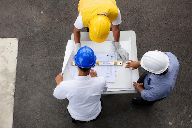 Vista superiore del gruppo di ingegneria che guarda modello sul tavolo