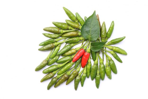 Vista superiore del gruppo di peperoncino tailandese fresco rosso e verde isolato su priorità bassa bianca