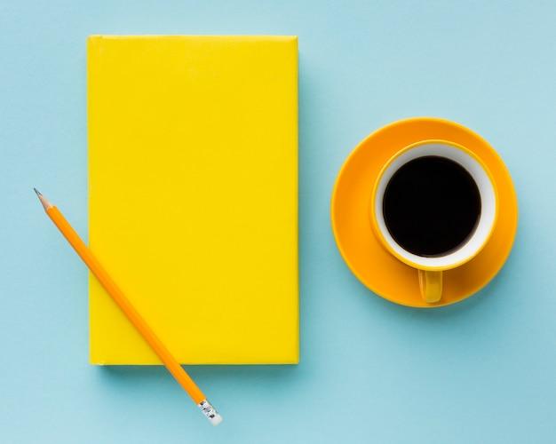 Vista superiore del libro e del caffè in bianco