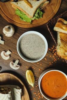 Vista superiore del limone del pane della lenticchia del fungo delle zuppe