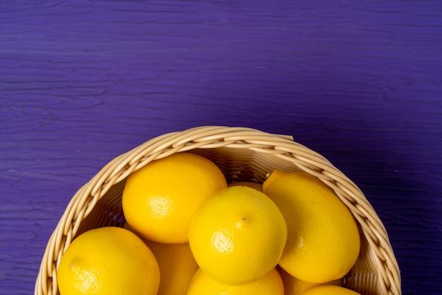 Vista superiore del limone su fondo di legno porpora