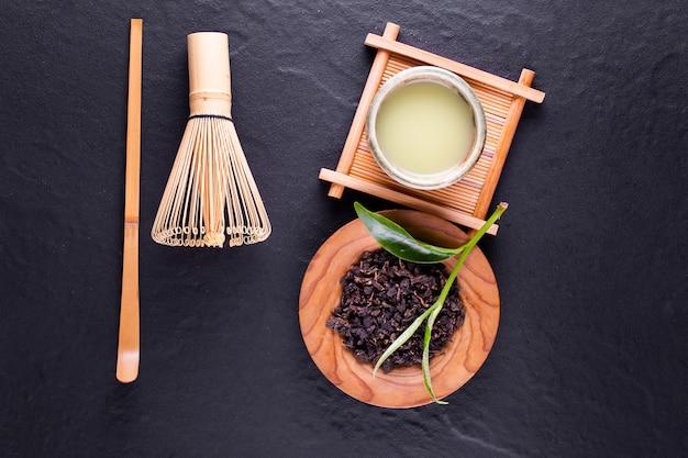 Vista superiore del matcha del tè verde in una ciotola su superficie di legno