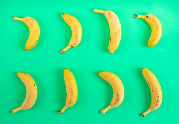 Vista superiore del modello delle banane su superficie verde