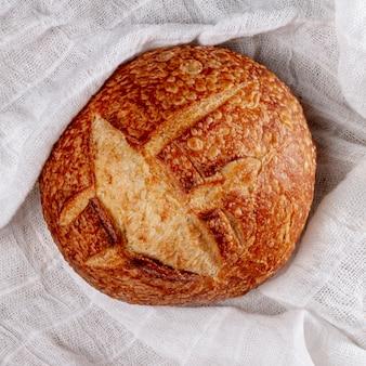 Vista superiore del pane cotto rotondo del primo piano