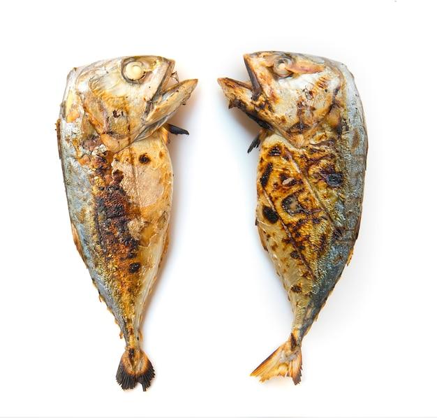 Vista superiore del pesce sgombro cotto isolato