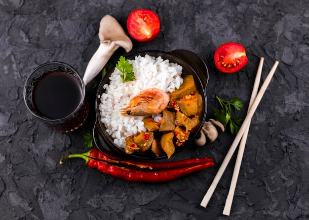 Vista superiore del piatto di riso e dei funghi