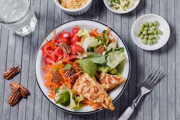 Vista superiore del piatto sano con fondo di legno