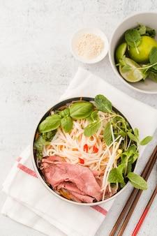 Vista superiore del piatto vietnamita con la menta
