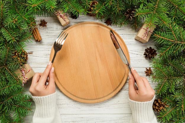 Vista superiore del piatto vuoto sulla tavola di natale in legno