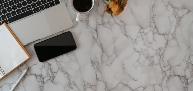Vista superiore del posto di lavoro con articoli per ufficio e copia spazio su sfondo scrivania in marmo