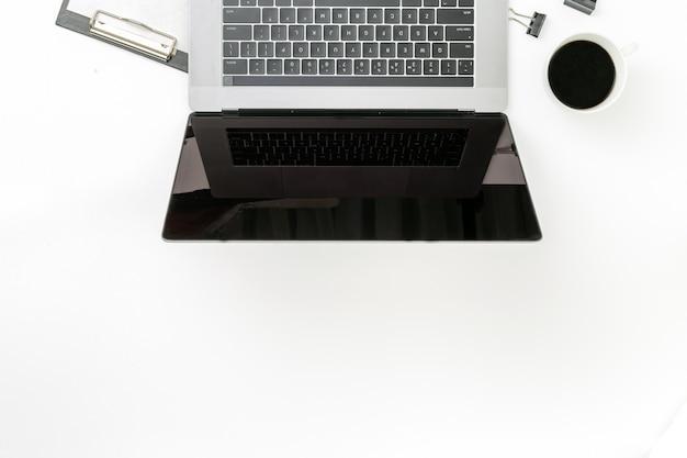 Vista superiore del posto di lavoro digitale professionale dell'ufficio di vendita