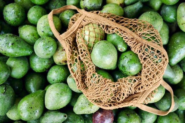 Vista superiore del primo piano della borsa di corda del negozio del mucchio dell'avocado