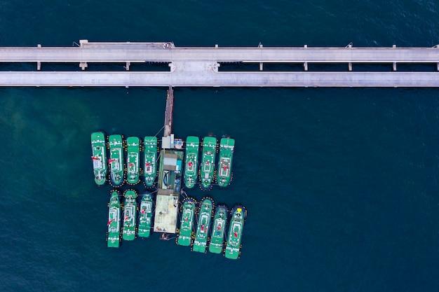 Vista superiore del rimorchiatore nel porto marittimo, logistica e nave industriale