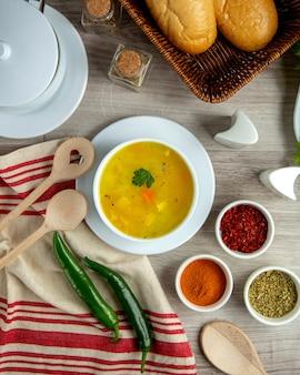 Vista superiore del riso delle spezie della patata della minestra di pollo