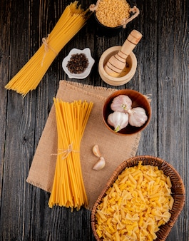 Vista superiore del rotini delle farfalle delle penne miste dell'aglio delle linguine del mortaio degli spaghetti dello stelline italiano della pasta