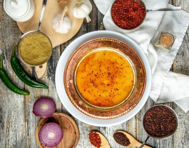 Vista superiore del sumakh del pepe della cipolla della minestra di lenticchia