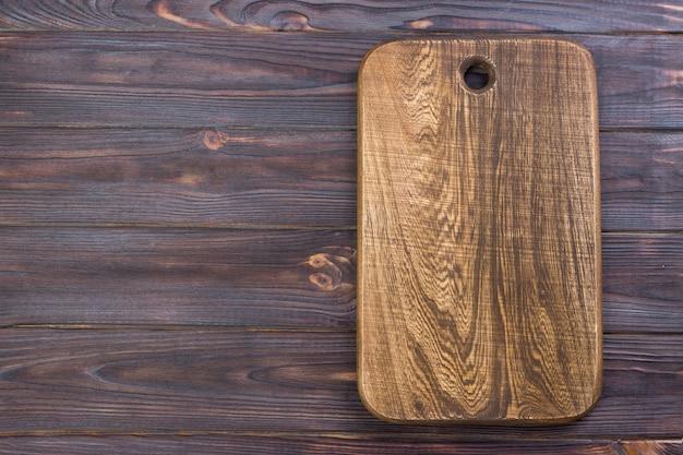 Vista superiore del tagliere di legno sulla vecchia tavola di legno