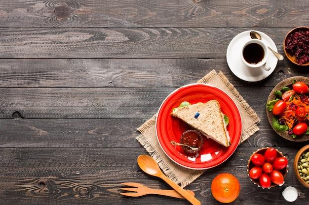Vista superiore del toast sano del panino con lattuga, su un fondo di legno
