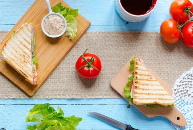 Vista superiore del toast sano del panino su un fondo di legno