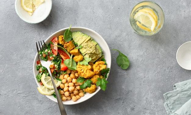 Vista superiore dell'alimento vegetariano sano equilibrato buddha della ciotola