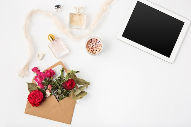 Vista superiore dell'area di lavoro femminile dell'ufficio bianco con il computer portatile