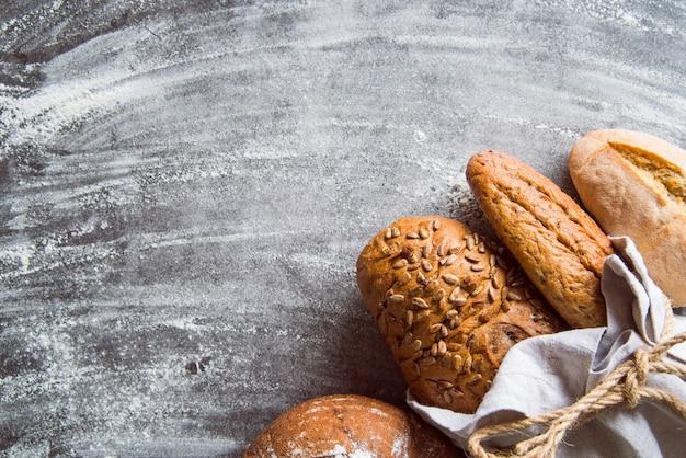Vista superiore dell'assortimento sano del pane con lo spazio della copia