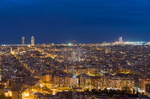 Vista superiore dell'orizzonte della città di barcellona durante la sera a barcellona, catalogna, spagna.