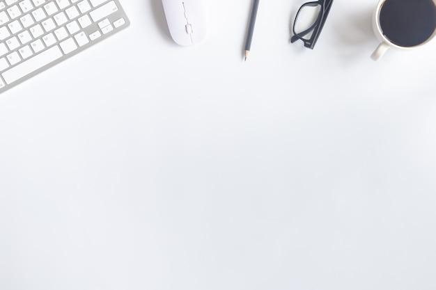 Vista superiore dell'ufficio bianco dello scrittorio con lo spazio della copia per l'input il testo.