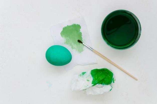 Vista superiore dell'uovo dipinto con la tintura verde per pasqua