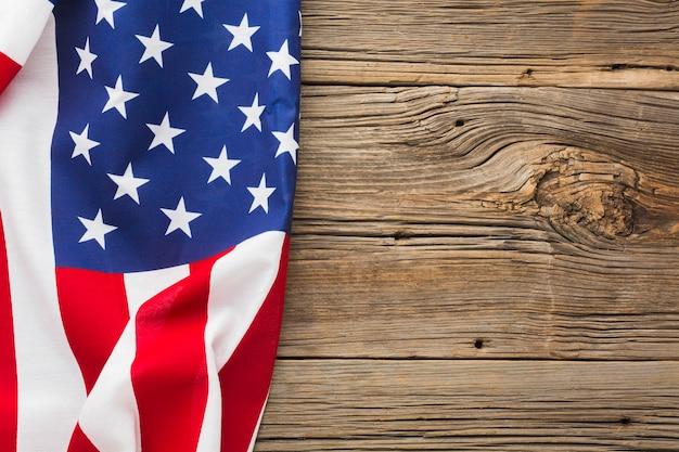 Vista superiore della bandiera americana su legno con lo spazio della copia