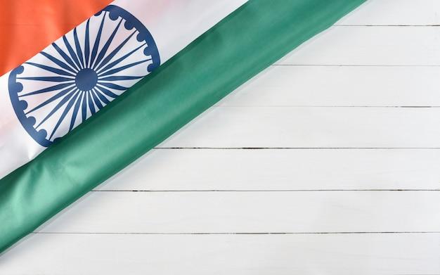 Vista superiore della bandiera nazionale dell'india su fondo di legno bianco. festa dell'indipendenza indiana.